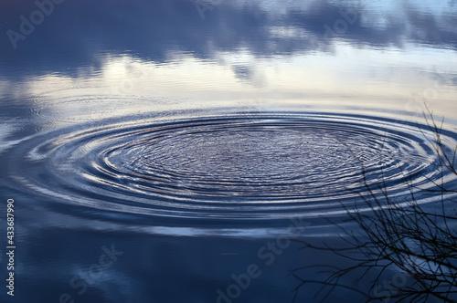 Niebieska woda ze zbliżeniem na rozpryskujące krople i rozchodzące się kręgi  - fototapety na wymiar