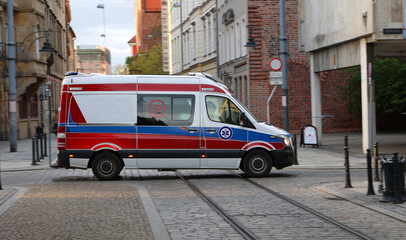 Ambulans medyczny wgotowości do akcji czeka na ratowników.