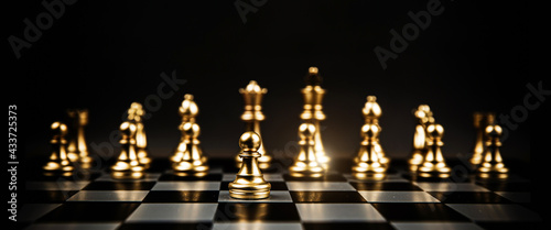 Foto Chess in front of the row with king and bishop teamwork on chess board concepts of business team and leadership strategy and organization risk management