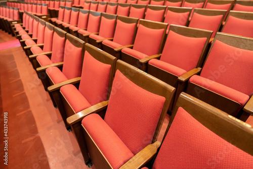 劇場・ホールのレトロな赤い座席 Fototapet