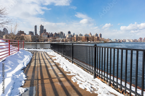 Astoria Queens East River Riverfront during Winter with Snow in New York City Fototapet