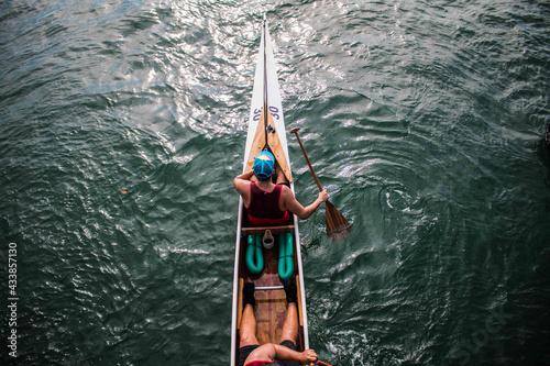 Photo Un remador a punto de comenzar su entrenamiento en el mar