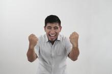 Hombre Latino Celebra Apasionado Con Los Puños Al Frente