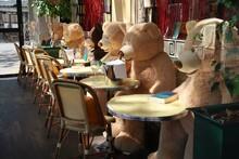 Plusieurs Nounours (ours En Peluche) Assis à La Terrasse D'un Café / Restaurant / Brasserie à Paris, Fermé Pendant Le Confinement (lockdown) Dû à La Pandémie De Covid 19 – Avril 2021 (France)