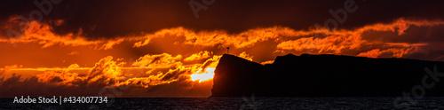 Panorama of sunset over Molokini crater, Maui, Hawaii Fotobehang