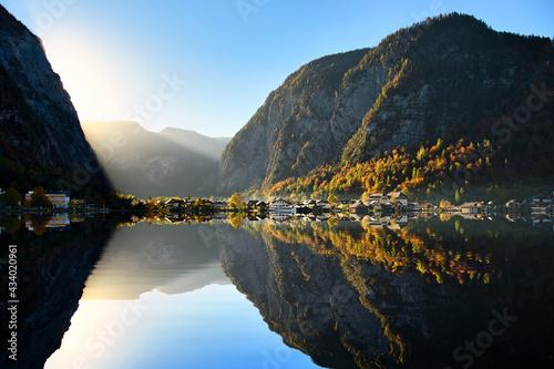 Fotografia The landscape of Hallstatt, Austria, a riverside village reflecting the calm waters