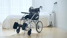 ベッドと車椅子 介護イメージ