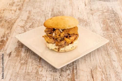 Photo Spanish tapa of fried squid sandwich with aioli