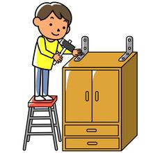 家具に転倒防止金具を取り付ける男性