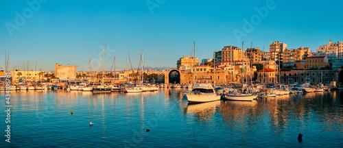 Foto Venetian Fort in Heraklion and moored fishing boats, Crete Island, Greece