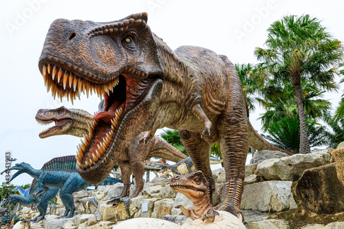 Fotomural close up head shot big brown dinosaur mother and child in the egg