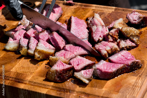 Billede på lærred Chef slicing tender medium rare roast beef brisket