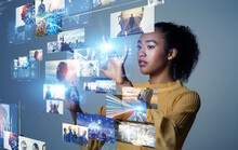 ホログラム画面を操作する女性 デジタルコンテンツ 科学技術 NFT