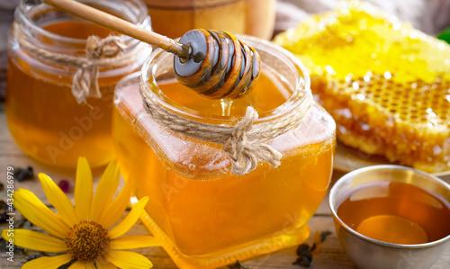 Foto Sweet bee honey in combs.