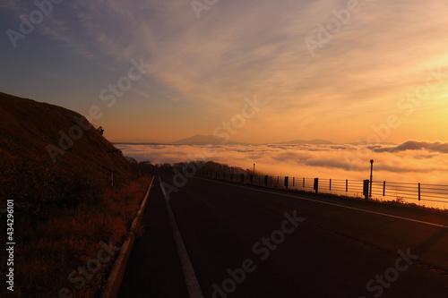 Fotografija 雲の上を走る峠道とその先に見える藻琴山
