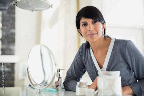 Portrait of mature woman at dressing table Fototapet