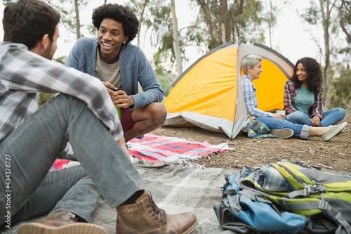 Fotografia Happy friends talking while camping