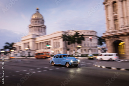 Fényképezés Old car on streets of Havana with Capitolio building in background