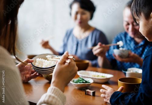 Fotografiet Japanese family eating
