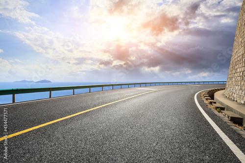 Fotografia Asphalt highway go aside the bay of ocean.