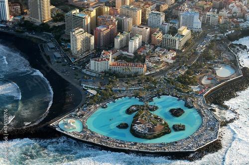 Foto aérea de la costa de Martiánez y ciudad del Puerto de la Cruz en el norte de Tenerife