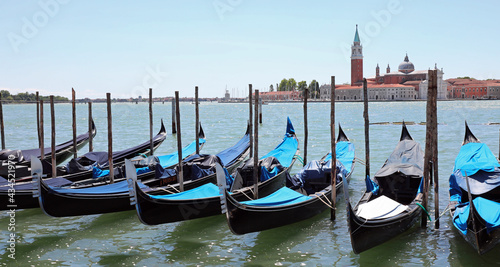 Fotografia gondolas typical Venetian boats moored in the Giudecca canal in front of the chu