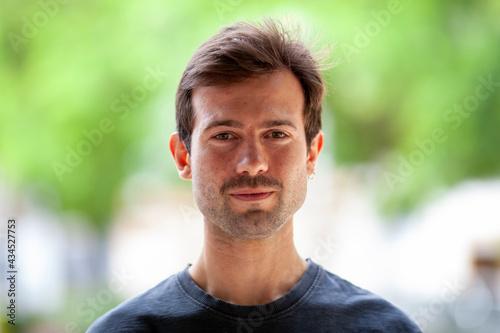 Tela Primer plano de joven con barba y bigote de dos días en exteriores