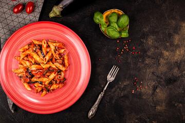 penne z bazylią bakłażanem i pomidorami