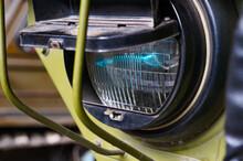 Scheinwerfer Mit Abdunklungsabdeckung An Einem Militärfahrzeug