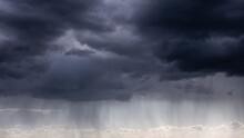 Nuages Gris Et Pluie