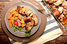 Piatto Di Rollè Di Tacchino Al Forno Con Patate Piselli Carote E Verdure