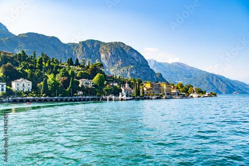 Carta da parati Blick auf das schöne Städtchen Cadenabbia am Comer See, Italien