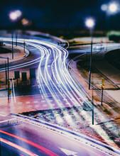 Fondo Abstracto De Ciudad Y Luces De Tráfico. Coches Y Semáforos. Diseño Urbano Y Transporte