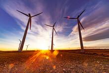 Parque Eólico En El Campo. Aerogeneradores Para La Generación De Electricidad. Concepto De Energía Verde.