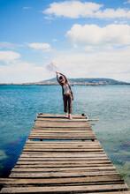 Femme Sur Un Ponton De Pêche De L'étang De Thau