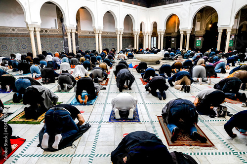 Obraz na plátně First friday prayer at the Paris Great Mosque after COVID-19 lockdown