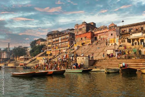 Fotografiet Varanasi, India: Crowd of people tourist and pilgrims in Kedar ghat participatin