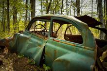 Vieille Auto Abandonnée Dans La Forêt