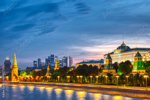 Fotografia View of the Moscow Kremlin and Moscow City Skyscrapers along the quay of the Mos