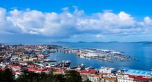 Puerto Y Costa De Vigo Con Nuves Y Mar Azul
