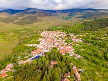 Candelario En La Provincia De Salamanca Desde El Cielo Con Vistas De Un Drone, Con El Campo Verde Y Día Soleado Con Nubes