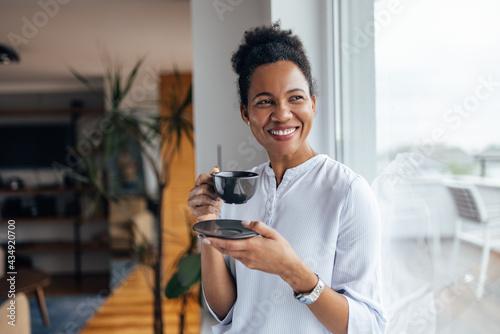 Canvastavla Happy black woman, enjoying in her cup of tea.