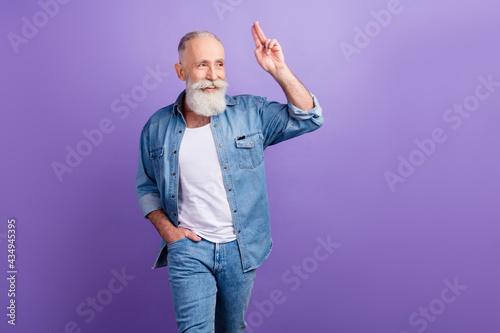 Photo of elderly man happy positive smile show fingers hello salute look empty s Fototapet