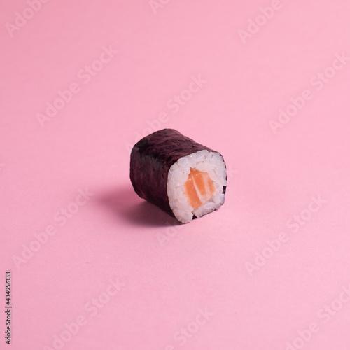 Obraz na płótnie Close up sushi roll on pink background