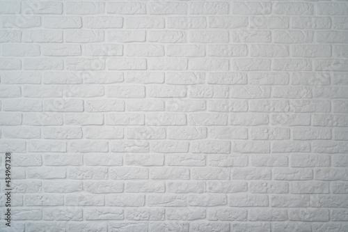 biała ceglana ściana