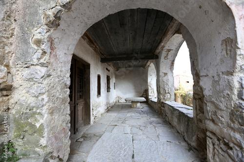 Wakacyjne pejzaże i budynki starego miasta we Włoszech.