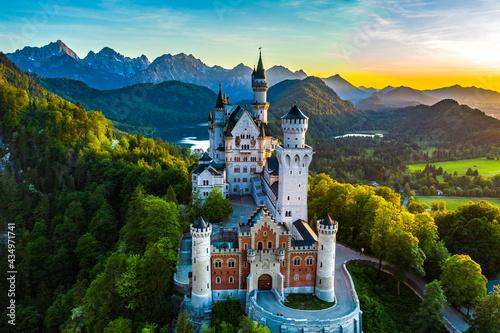Schloss Neuschwanstein im Sonnenuntergang. Das Märchenschloss von König Ludwig II. ist eine der bekanntesten Sehenswürdigkeiten Deutschlands und Bayerns.