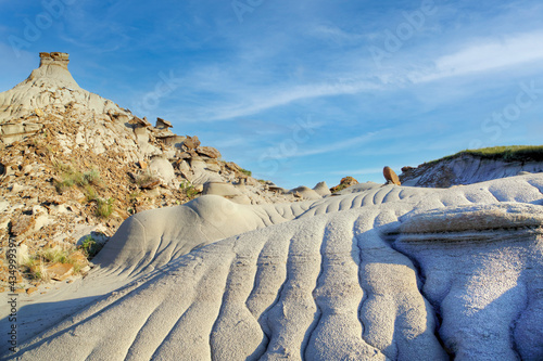 Dinosaur Provincial Park in Alberta, Canada, a UNESCO World Heritage Site noted for its striking badland topography and abundance of dinosaur fossils, one of the richest fossil locales in the world Fototapet