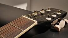 Guitarra Acústica Detalles. Acoustic Guitar. Guitarra Negra Y Clavijas.