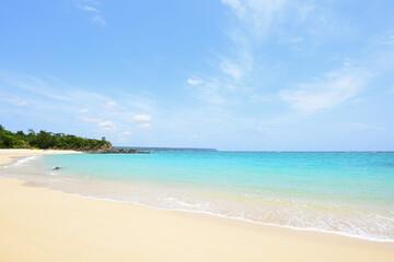 沖縄の白い砂浜と青い海
